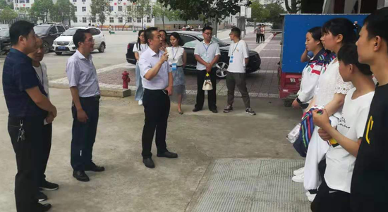 南郑区教体局领导看望考生。