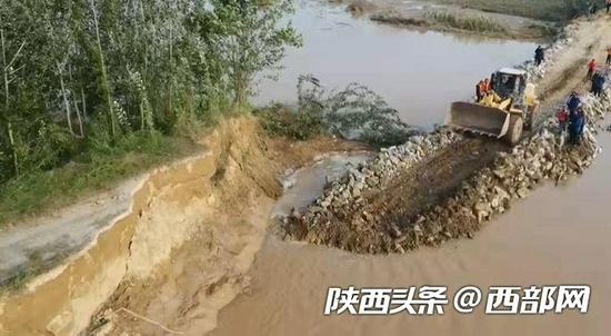 记者探访大荔北洛河决口抢修现场 民兵洪水中游到对岸进行封堵
