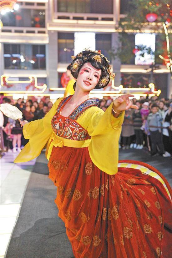 """""""不倒翁女孩""""冯佳晨正在西安大唐不夜城演出。 于明华摄"""