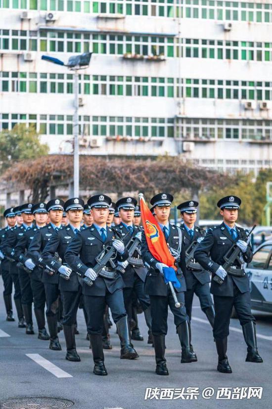 西安市公安局特警支队举行建队30周年暨冬训大练兵成果汇报演练活动。