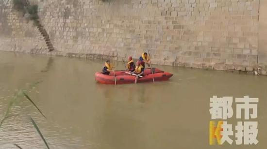 有群众发现有两名少年在河里游泳