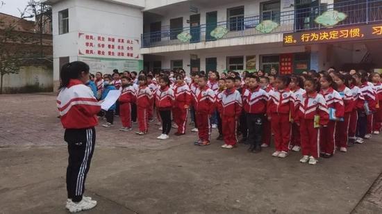 ↑六年级学生郭悦莹国旗下讲话向全校师生发出网络安全倡议书。倡导大家文明上网,共筑清朗网络空间。
