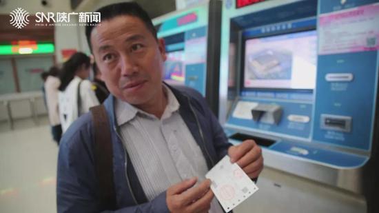 在市民提供的车票上记者看到,原本合算为72.5元的车票实际车站收取了73元整。