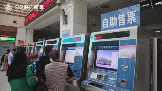 记者看到,贴着提示标语的售票机共有9个。