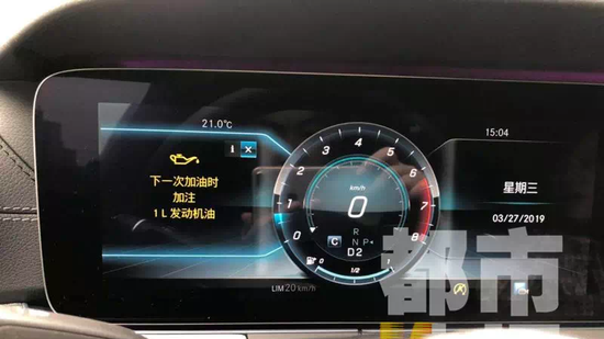 """3月27日,女车主开车后发现仪表盘上提示""""下一次加油时,加注1L发动机油""""。"""