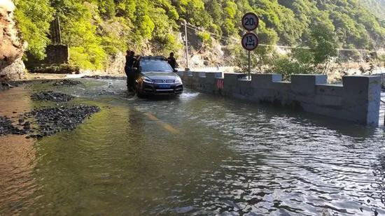 受暴雨影响,秦岭山区路况较差,河水暴涨,个别路段发生山体滑塌。