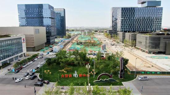 """能源金贸区中央绿廊 镶嵌在城市中的""""生态绿肺""""正逐渐生成"""