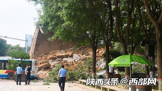 位于西安市新城广场南侧的明秦王府城墙遗址局部突然发生坍塌。