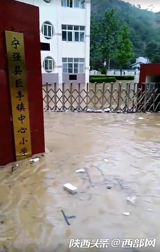 洪水已经蔓延到宁强县巨亭镇中心小学门口。(来源:陕西广播电视台汉中记者站)
