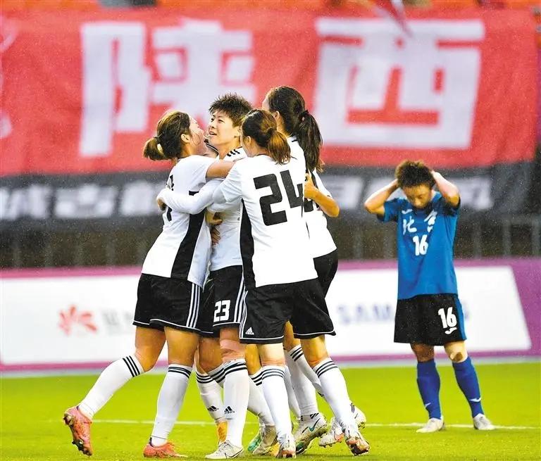 陕西女足姑娘们庆祝胜利。王健 摄