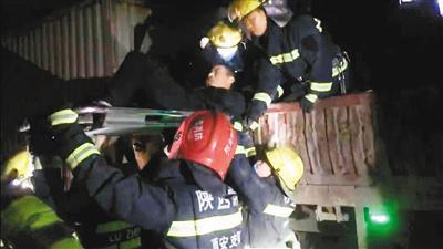 高陵区消防人员12分钟救出追尾事故被困者
