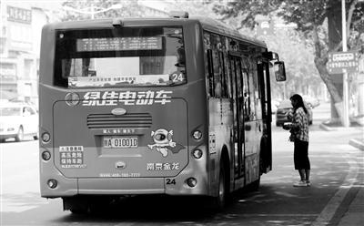 广告贴满公交车体