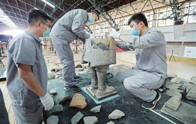 兰德省(中)和同事对秦俑的残片拼对粘接