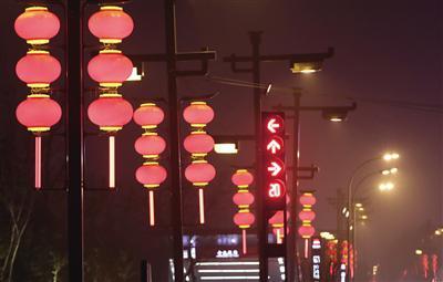 红灯和灯笼颜色相近 本报记者 马昭 实习生 曹艺凡 摄