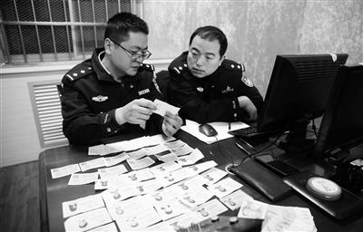 """西安铁警火车站抓获一""""黄牛"""" 兜里揣着11张火车票"""