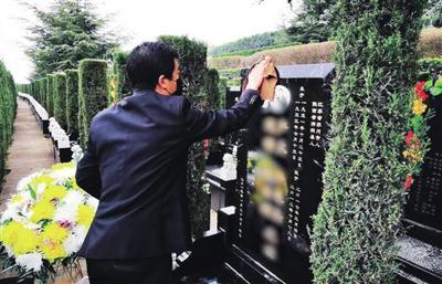 霸陵墓园新区工作人员代客祭扫