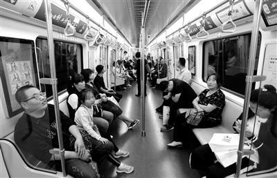 市民乘坐地铁1号线二期 本报记者 代泽均 摄