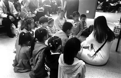 家长带孩子一起参加课外活动 本报记者 代泽均摄