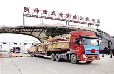 满载货物的货车缓缓驶出卡口 本报记者 代泽均 摄