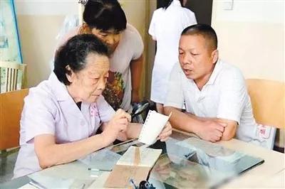  退休后的吴合医生一直在为患者服务 家属供图 