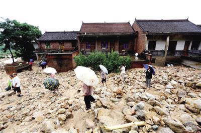 村民家门前堆满了沙石,现场一片狼藉 本报记者 代泽均 摄