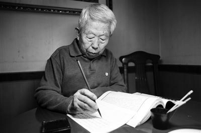 刘明每天坚持抄书 本报记者 李宗华摄