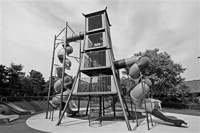 10米高巨型滑梯亮相西安 吸引众多家长和小朋友打卡