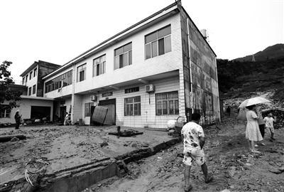 杨斜村一村民家到处是淤泥 本报记者 代泽均 摄