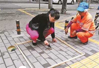 陕西西安市以马路扫灰称重作为环卫工考核指标。 北京青年报 图