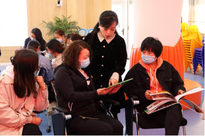 教师与家长代表共同探讨亲子阅读活动