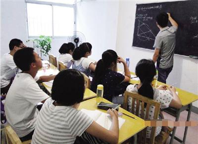 暑假照常上课,便失去了假日的意义。老师辛苦讲学,但学生未必接受。(网络图片)