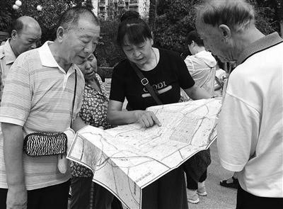 西安市法律援助中心副主任刘小琴向群众发放公益地图 本报记者 马昭 摄