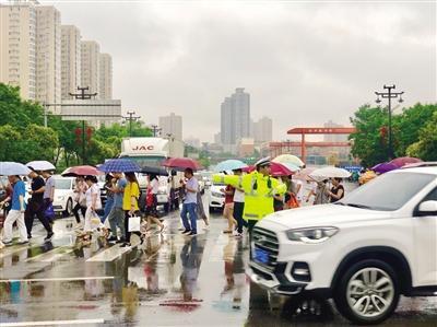交警雨中疏导交通 通讯员 彭建国 本报记者 陈飞波 摄