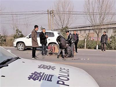 工作途中偶遇车祸现场 法院书记员忙救伤者