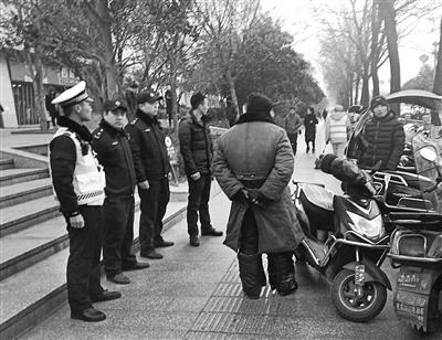 警方将男子电动车暂扣