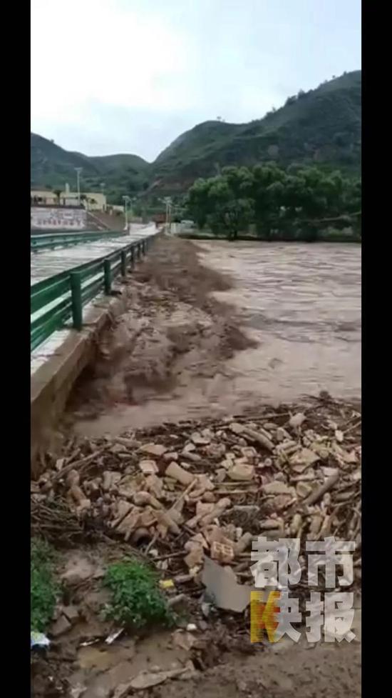 昨天下午6点左右,陕西榆林子州县遭遇暴雨袭击,洪水已经进入村庄、居民家。