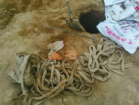 2016年11月26日,澄城县公安局民警在刘家洼村墓地盗洞附近发现的作案遗留物。