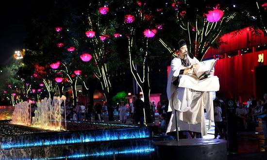 悬浮着的唐代诗人李白仿佛是在云端写诗诵诗。