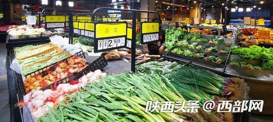 超市内蔬菜、鸡蛋、猪肉纷纷降价。
