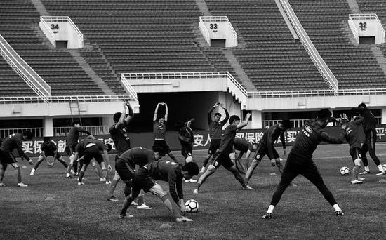 U23国足在省体育场做场地适应训练 本报记者吴岸彪摄