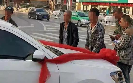 多名男子围堵婚车讨要喜钱 图源:米脂公安局