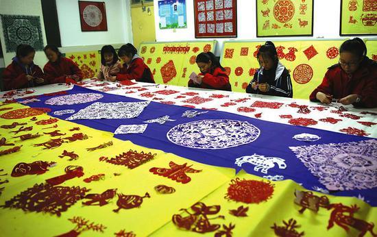 延川县第二中学的活动室里,学生们认真地剪着自己心中最美的窗花。