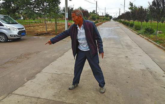 渭南市澄城县段庄村72岁的老支书曹栓定给记者介绍村里道路的变迁。