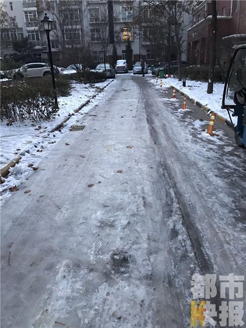 西安北郊这家小区道路上到处都是积雪。