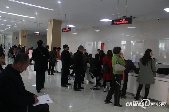 3月9日,安康市政务服务大厅交警办事窗口群众在等待叫号办业务。
