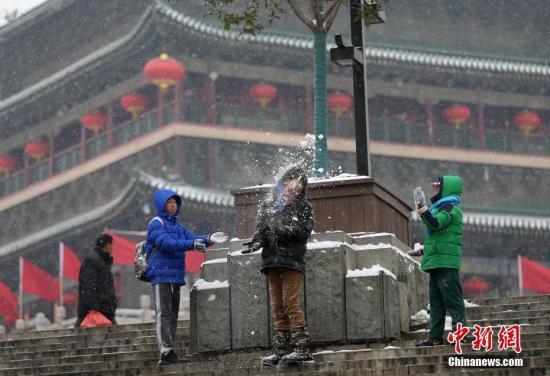 资料图:孩子们在西安钟楼附近打雪仗。中新社记者 张远 摄