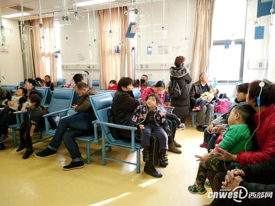 近期,陕西流感高发,医院门诊病患增多。