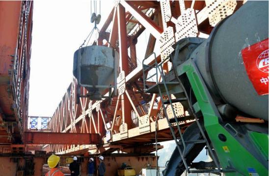 西银高速铁路陕西段水北村泾河特大桥安全顺利合龙
