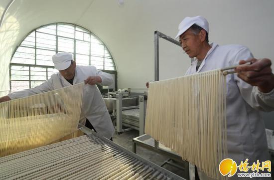 佳县佳芦镇小会坪村村民正在加工手工挂面