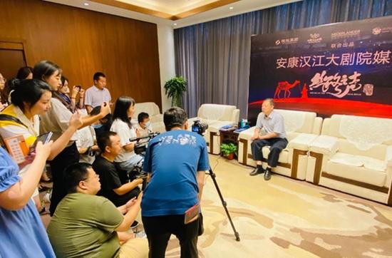 ▲陕旅集团党委书记、董事长周冰接受媒体现场采访